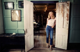 How To Wear Jeans Like Amanda Brooks